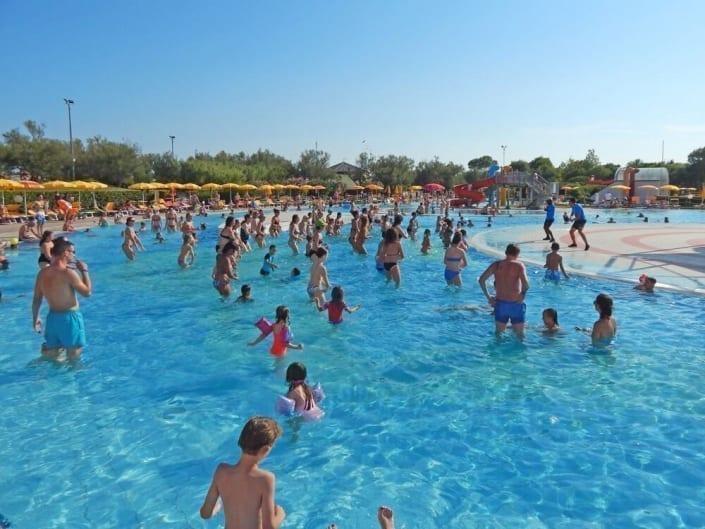 piscina con bambini