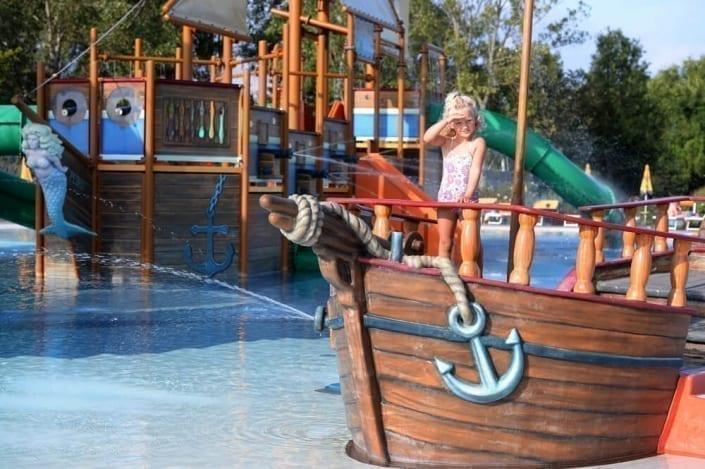 nave dei pirati con bambina
