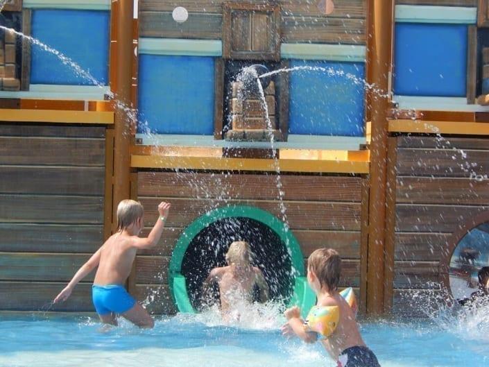 bambini che giocano sull'acqua