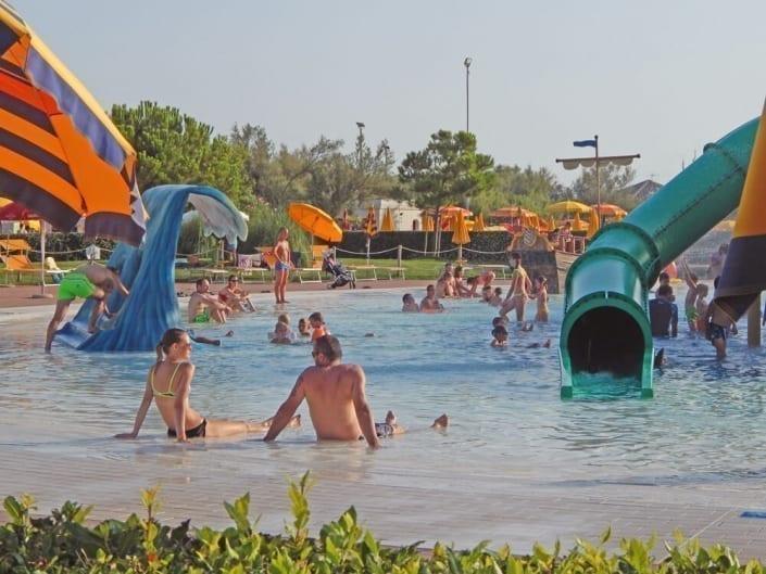 piscina con giochi per bambini