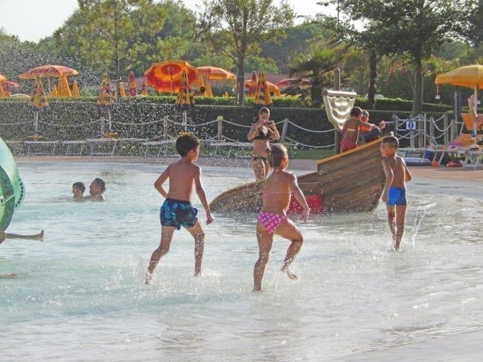 bambini sull'acqua