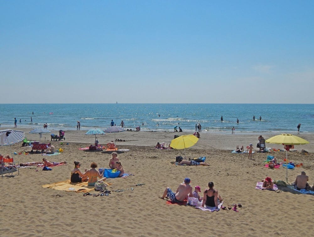 spiaggia con bagnanti